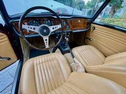 ダッシュはオリジナルのウッド。リクライニングするシートはTR6と同じ。ボディカラーにマッチングのタンで張り替えました。