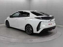 プリウスの特長である環境性能を大幅に進化させたほか、電気自動車(EV)らしい力強くスムーズな走りを実現した「プリウスPHV」。スポーツコンバージョン車「G's」に替わるスポーツカーモデル「GR」です。
