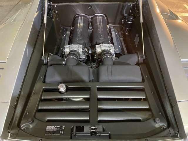 5リッターV10DOHCをミッドシップに搭載し500ps/7800rpm・52.0kgm/4500rpmを発揮◎TOPスピードは320km/hに達する!エンジン周辺には綺麗でOIL滲みも見当たらない!