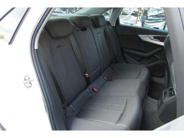 ゆったり寛げるリヤシートです。広々とした空間で快適なドライブをお楽しみくださいませ!