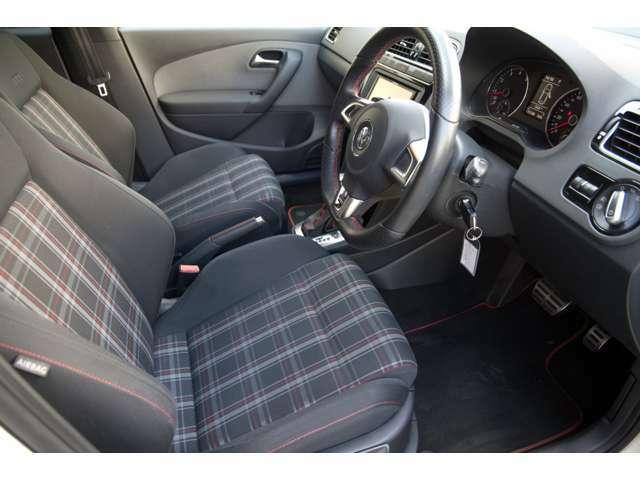 運転席シートの画像です。ホールド性通気性にすぐれ疲れないシート設計。全体的に使用感が少なく、長時間の走行にも疲れにくい設計です。機能付き!サイドエアバック装備。