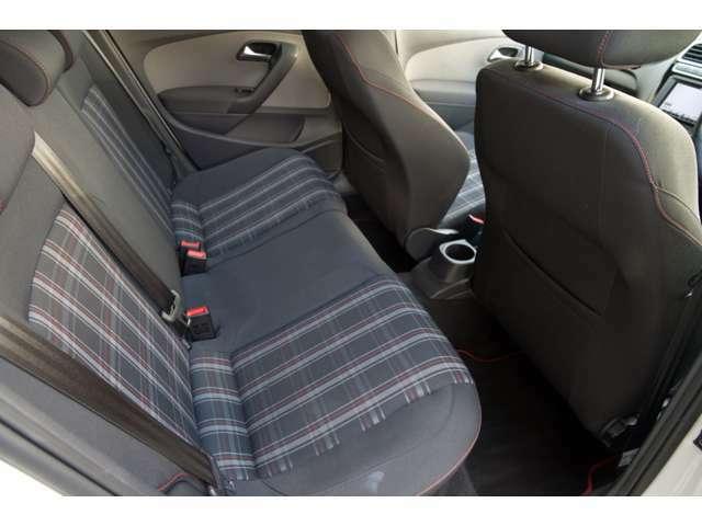 後席もクオリティを落としません。乗降りしやすい形状と実に広い空間を確保しています。通気性にすぐれたファブリックシート、使用感があまり無く綺麗です