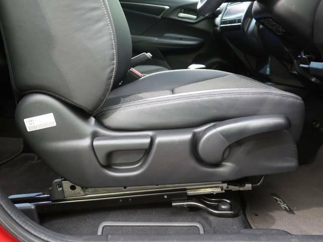 【シートリフター】シート座面の位置を上下に調整できるシートリフターを装備。大柄な方も小柄な方も最適なドライビングポジションで運転できます。