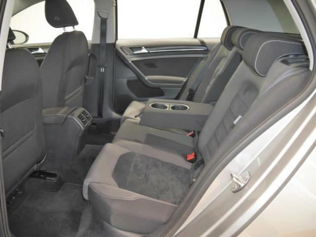 後部座席も運転席助手席同様に妥協せず、ホールド性に優れているため安全かつ快適にお過ごし頂けます。