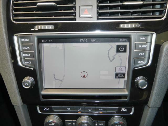 Volkswagen純正ナビゲーション、DiscoverProを装備。運転席側に向けて若干傾斜しており、視認性や操作性が高くなっております。ETC2.0もグローブボックスにございます。