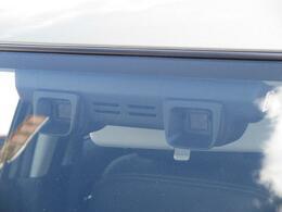 【デュアルカメラブレーキサポート】フロントガラス上部に設置された2つのカメラで前方の車両や人物を検知し、衝突を回避できないと判断した場合に衝突被害軽減ブレーキが作動。衝突を回避または軽減します☆
