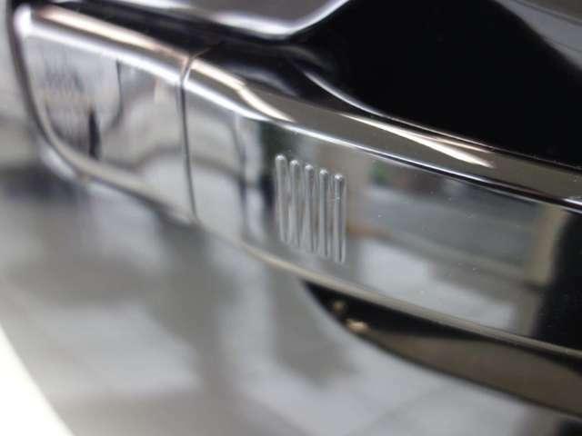 コンフォートアクセスはドアハンドルを握るだけで開錠 斜線に触れるだけで施錠できます