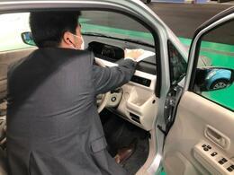 当社は、お客様が少しでも安心してお車選びが出来るよう、除菌水(次亜鉛素酸水)を使用し、お車を清掃しております。