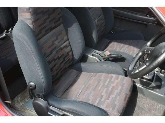 運転席シートもスレは見られますが破れは無く、年式からすると良好な状態だと思います。