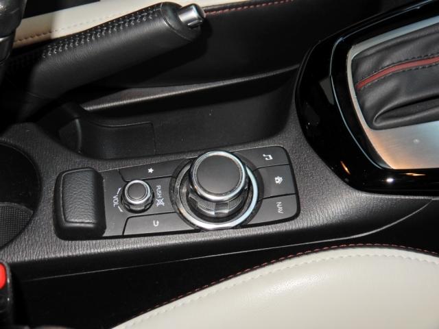 【コマンダーコントロール】手元を見ないで操作できるコマンダーコントロールによって、操作性がアップして運転に集中できますね!