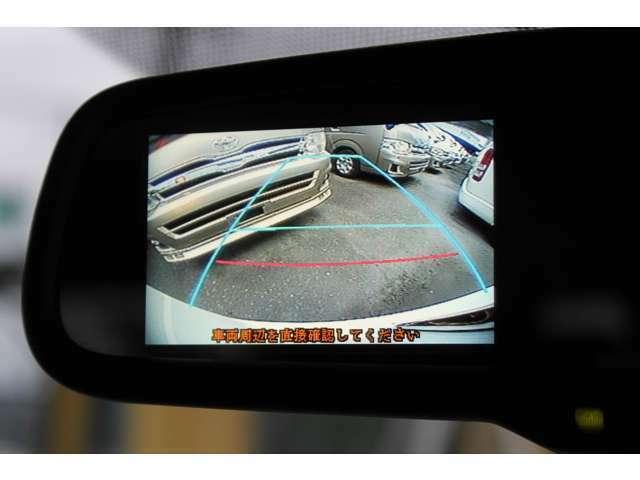ルームミラーに、後方の安全確認や駐停車などに便利な純正カラーバックモニターが装備されています。