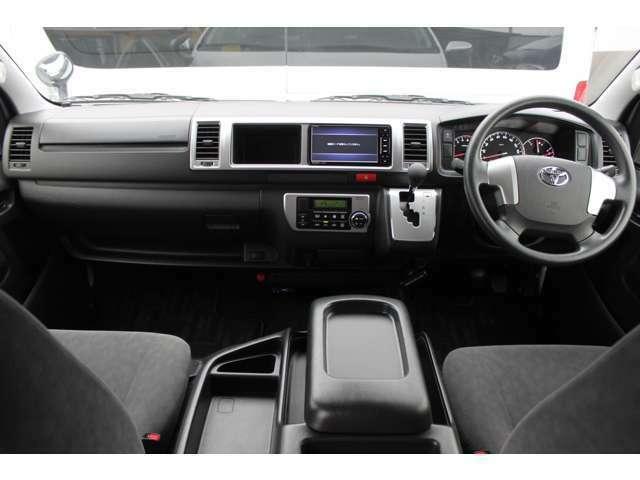 Wエアバッグ/ABS/VSC(横滑り防止機能)/スマートキー×2/イモビライザー/電動格納式ドアミラー/社外ETC車載器/フロントオートエアコン/リヤクーラー/リヤヒーターが装備されています。