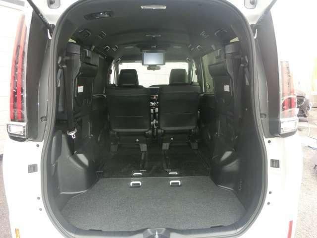 サードシートを跳ね上げれば荷室空間として広くご使用出来ますのでとても便利です。