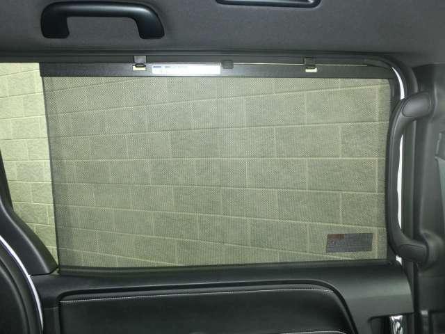 セカンドシート横の窓ガラスはブラインドサンシェードが備わっており用途に合わせてお使いいただけます。