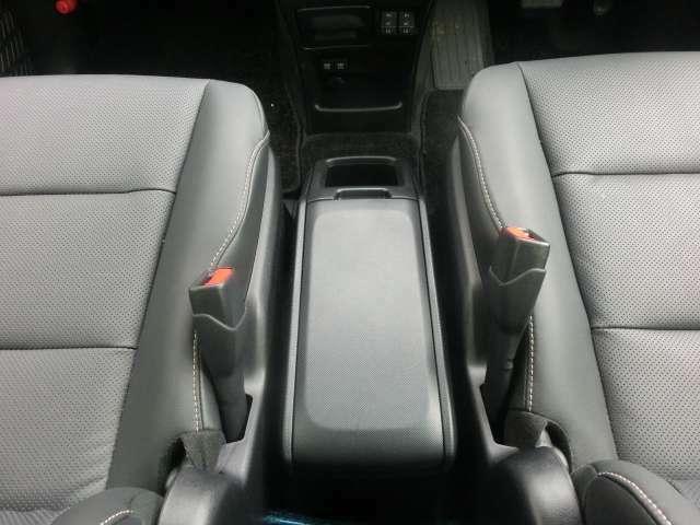 運転席と助手席の間に収納ボックス装備。用途に合わせてお使いいただけます。
