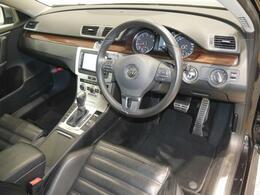Passat Alltrack専用のスポーツシート(ナパレザー)やアルミ調ペダルクラスターを採用、Passat Variant譲りの上質さはそのままに、スポーティな雰囲気を与えています。