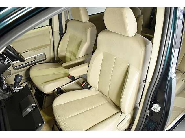 広くて見晴らしの良いフロントシート!落ち着いたベージュの内装です! シートヒーター(運転席&助手席)装備(*^-^*)