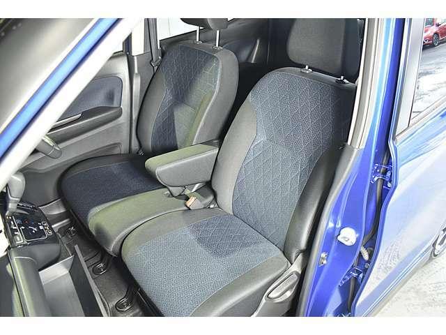 大きなベンチシートで足元もヒロビロ■大型シートで座り心地は快適♪中央にはアームレストが付いてゆったりドライブ♪ シートヒーター(運転席&助手席)装備(*^-^*)