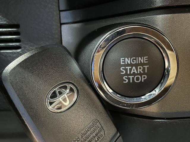 【スマートキー&プッシュスタート】鍵に触れることなくドアロックの施錠解錠を行ったり、エンジンを始動させたりすることができます。