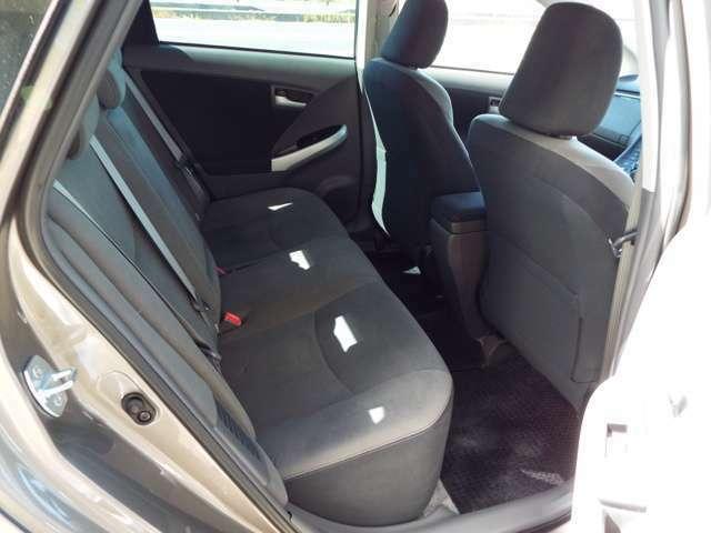 後部座席もゆったりとしたスペースがございますので、長距離の移動で身体に負担をかけずに乗っていただけます。