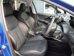 シートはレッドステッチ入りレザーシート。上質な座り心地がドライバーの疲れを軽減いたします。