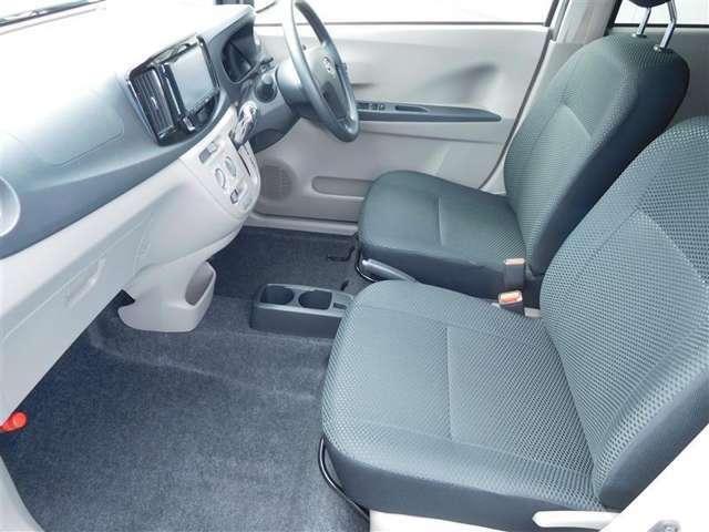 自然な姿勢のままでいられるシートが、運転し易さと疲れにくさを感じさせてくれます。