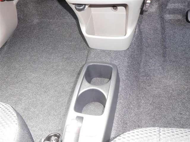 手に取りやすい位置に小物入れ兼カップホルダーを装備しています。