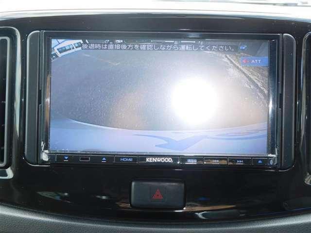 車両後方の様子をカメラで確認できるバックモニターを装備しています。