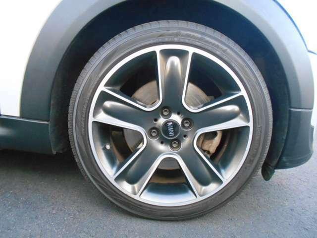 ホイールにはオプションで17インチが装着されており、タイヤは2017年製のものに変更されております。多少の傷や使用感はございますが、ブレーキダストも目立たないかっこいいデザインです!