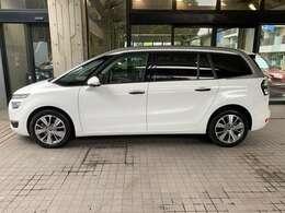 ミニバンスタイルのお車です。特徴あるデザインは存在感もより引き立たせます。
