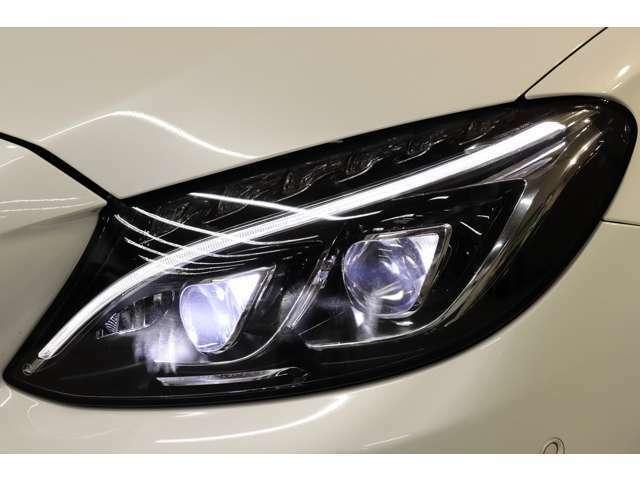 視認性に優れたLEDヘッドライトを搭載!交通状況に応じて様々な配光モードで運転手の視野をサポートするインテリジェントライトシステムやシーンに併せて光軸の自動調整を行うアダプティブハイビームを搭載!
