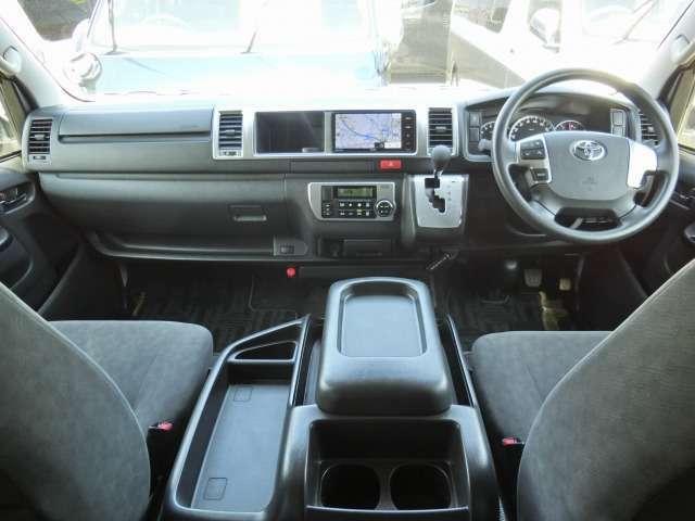Wエアバッグ/ABS/VSC(横滑り防止機能)/スマートキー×2/イモビライザー/ステアリングスイッチ/フロントオートエアコン/リヤクーラー/リヤヒーター/純正フロアマットが装備されています。