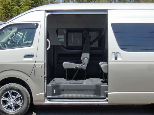 片側パワースライドドアです。イージークローザー(半ドア防止機能)がスライドドア+バックドアに装備されています。★市販されているグランドキャビンに、両側スライドドアおよびディーゼル車の設定はありません。