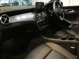 ブラックを基調とした車内にシルバーカーボン調のインテリアトリムを組み合わせる事でスタイリッシュな印象を与えるインテリアデザインとなっております!メルセデス特有の上質な空間でお過ごし頂けます!