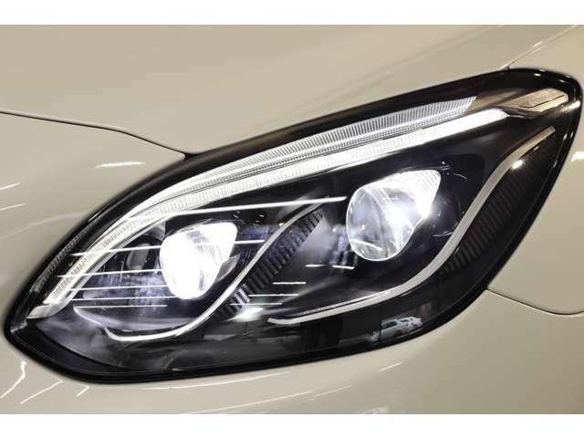 LEDハイパフォーマンスヘッドライトを搭載!交通状況に応じて様々な配光モードで運転手の視野をサポートするインテリジェントライトシステムやシーンに併せて光軸の自動調整を行うアダプティブハイビームを搭載!