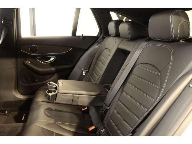 リアシートは広々としており、膝周りも圧迫感もないのでゆったりとした時間をお過ごし頂けます!強い日差しを軽減し、後部座席のプライバシーを保護するプライバシーガラスが備わっております!