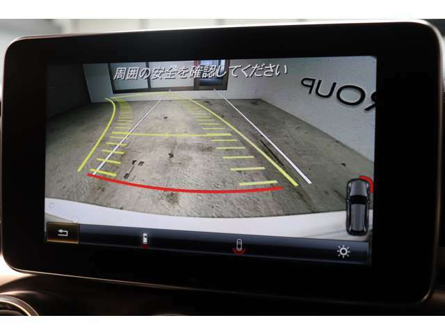 目視が出来ない車輌後方を鮮明にナビ画面に映し出すガイドライン付きバックカメラ!車輌の前後にはパークトロニックセンサーも装備し、併せて使用する事で、より安全な車庫入れなどが可能です!!