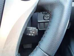 アクセルペダルを踏まなくても約40km/h~100km/hの任意の速度で車速を一定に保つことができるクルーズコントロールがついてます。(設定できる速度は車種により異なることがあります)