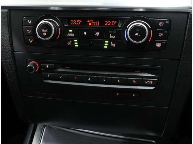 左右独立温度調整可能なフルオート式エアコンは、花粉・粉じんフィルターも装備。FM/AMチューナー付CD&DVDビデオ再生オーディオは、コンソール後方にあるAUX端子より、iPhoneなどの各種メディアの接続も可能です。