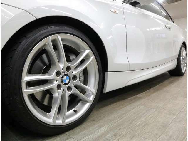 BMWロゴ入り大型ブレーキキャリパーが、この車のポテンシャルを物語る。Mダブルスポーク18インチアルミに装着される、215/40&245/35のワイドタイヤは充分な残量を残しています。