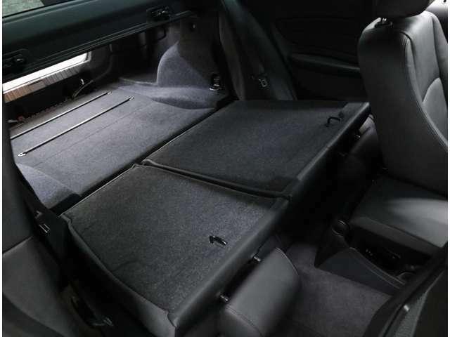 1シリーズハッチバックをベースとしているため、スルー部分の開口部は広く、段差も小さい。荷室容量は370リッターと、ハッチバックを上回る広さ。さらにシングルフォールディングでトランクスルーが可能です。