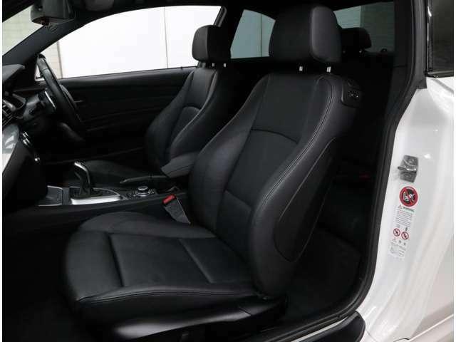 シートヒーター内蔵の電動調整式Mスポーツ本革シート。高いホールド性を誇り、フル電動調整によって、最適なドライビングポジションを得られます。