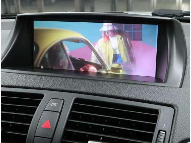 高解像度8.8インチワイドモニターはドライバーからの視認性も良好。ダッシュボードと一体感あるインテリアデザインを実現。音楽CD約220枚分を保存できるミュージックサーバー機能も併せ持っています。