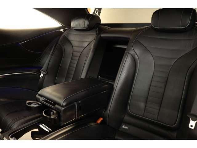ラグジュアリークーペに相応しい後部座席は広々と確保されております。長距離ドライブもリラックスしてお楽しみ頂けます!!