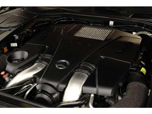 4、700cc V型8気筒DOHCツインターボエンジンを搭載!出力455ps(カタログ値)を発生する心臓部と9Gトロニックの組み合わせにより、ストレスのない加速をお楽しみ頂けます!