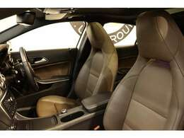 クオリティの高い綺麗な状態が維持されたナッツブラウンレザーシートを装備!メモリー機能付きパワーシートやシートヒーター、ランバーサポートなど長時間の運転も楽々お楽しみ頂けます。