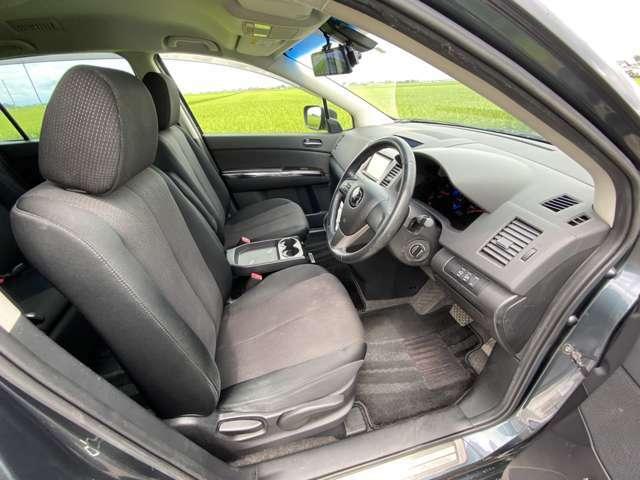 <フロントシート>ドリンクホルダーや小物が置けるスペースが充実しているので快適です♪