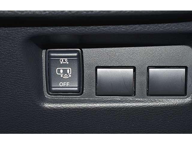 助手席側ハンズフリーオートスライドドア(^^♪荷物などで両手がふさがっていても、スマートキーを携帯している状態で、助手席側スライドドアの下に足先をスッと入れてサッと引くだけで、ドアが自動で開閉します。