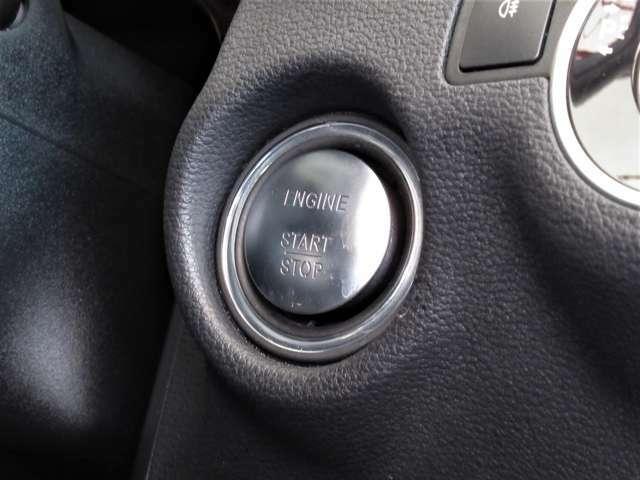 ■【キーレスゴー】●キーを身につけたままドアを開けることができるキーレスゴー!給油口・トランクリッドも自動解錠されます。またエンジンの始動は、ステアリングコラム右側に備えられたボタンを押すだけ!