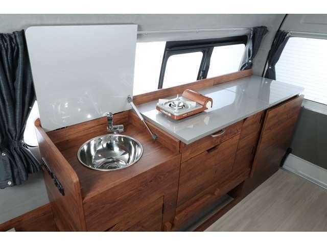 運転席側後方には、シンク・冷蔵庫・収納を完備したギャレーを標準装備!